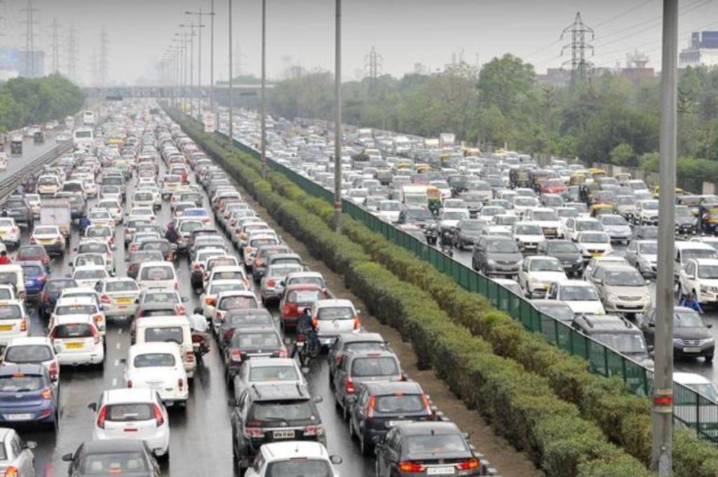 दिल्ली-एनसीआर (दिल्ली और गुड़गाँव) में भारी बारिश के कारण लगा बड़ा जाम, अभी भी कई लोग फँसे हैं